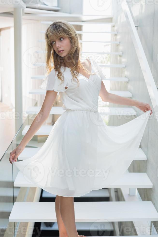 jovem em pé na escada foto