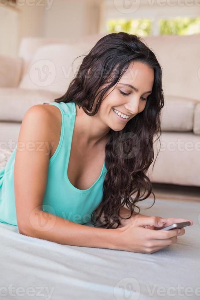 linda morena enviando mensagens de texto com seu smartphone foto
