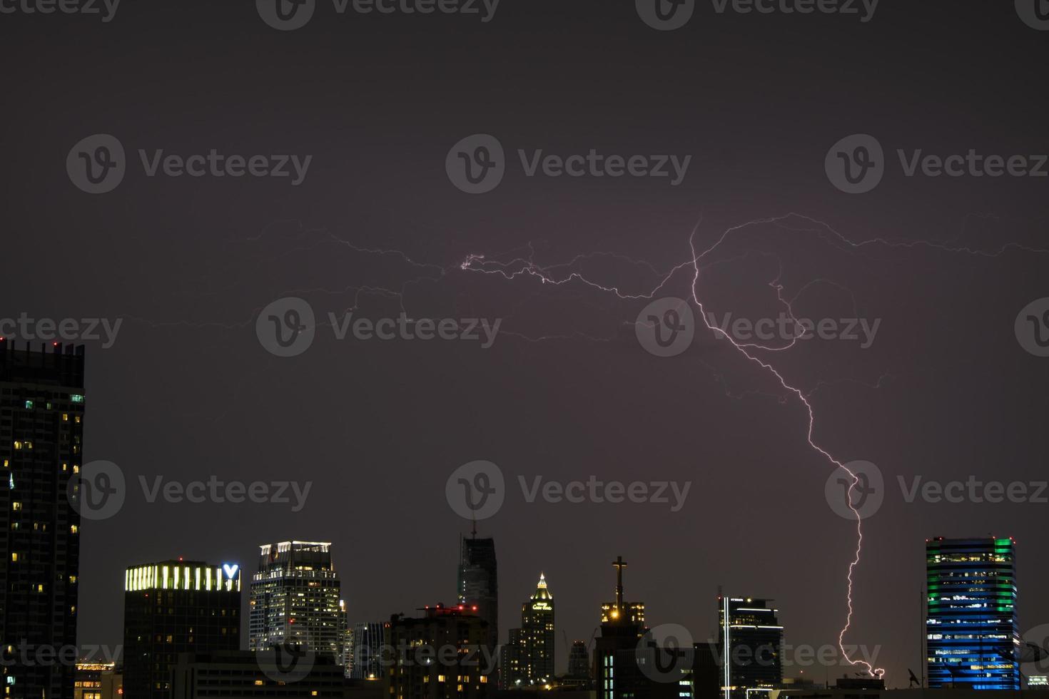 tempestade com raios sobre a cidade foto