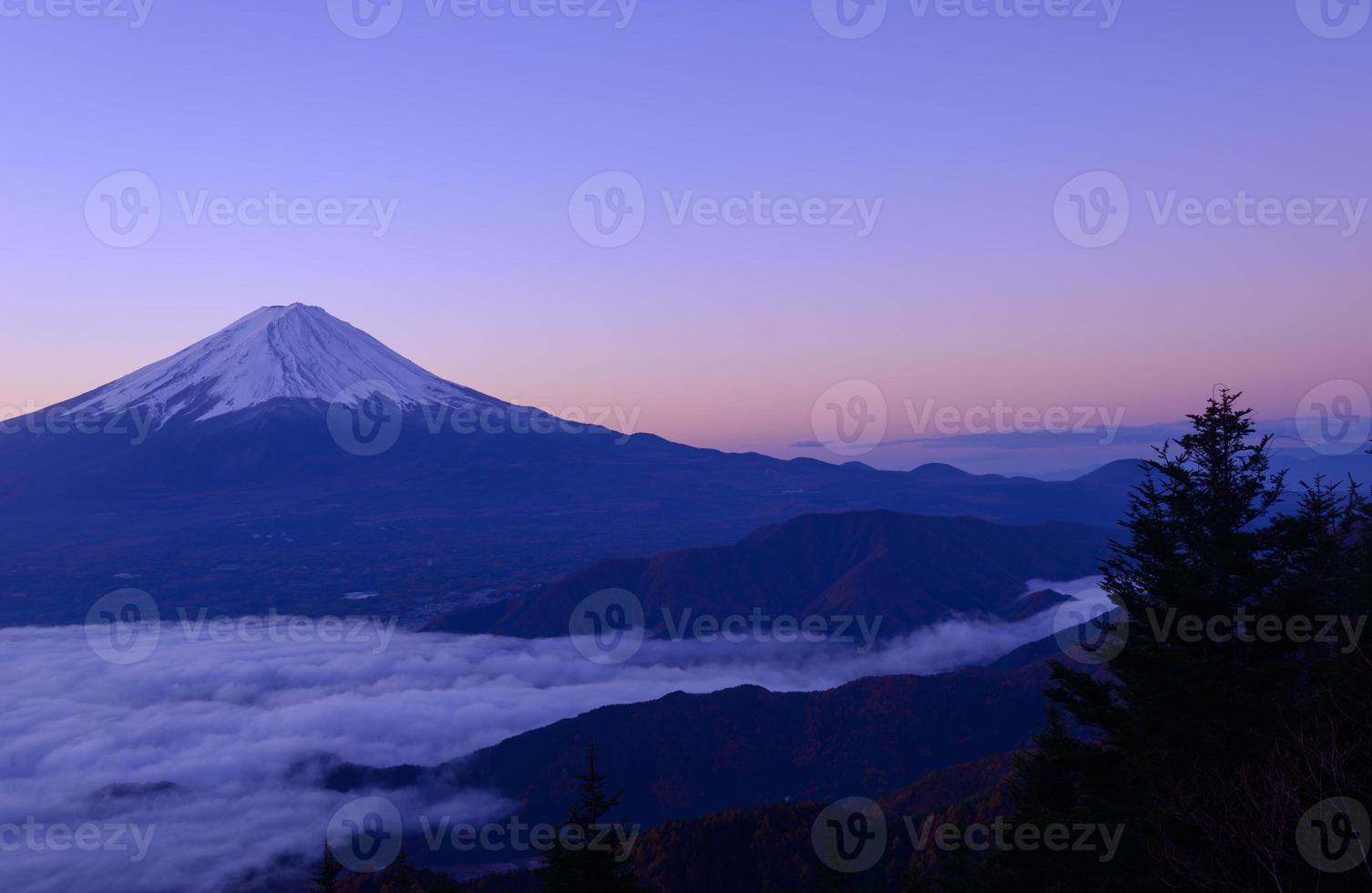 à beira do lago de kawaguchi e mt.fuji ao amanhecer foto