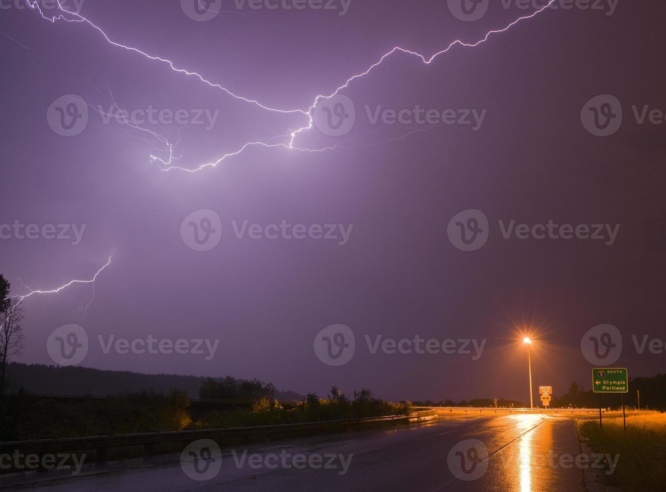 espetacular exibição de relâmpagos carga elétrica tempestade com trovões foto