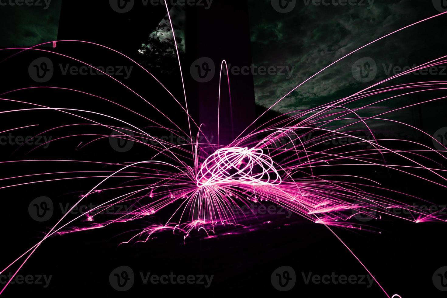 iluminação com tinta rosa: brilho pintado pelo fogo à noite foto