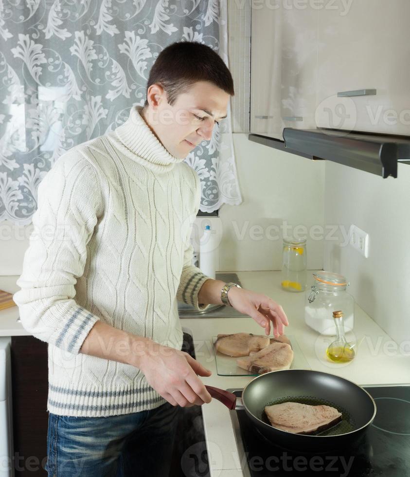 cara fritando bife de mingau foto