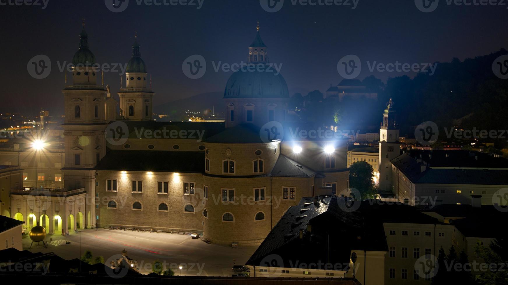 Catedral de Salzburg à noite foto