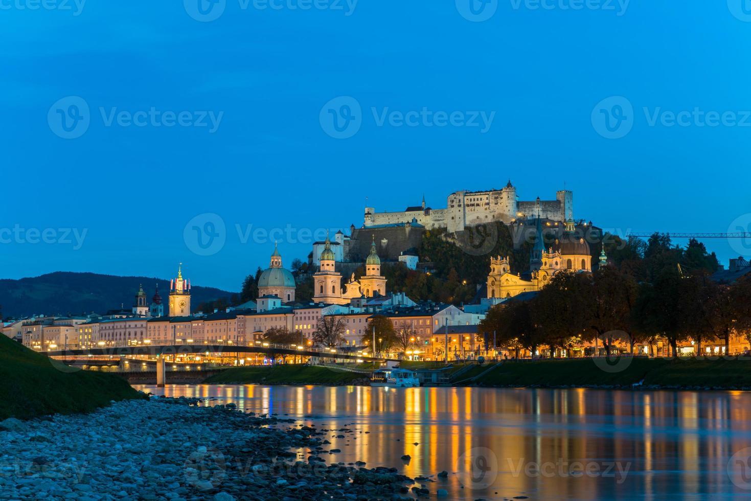 vista do crepúsculo da cidade velha de salzburg, áustria foto