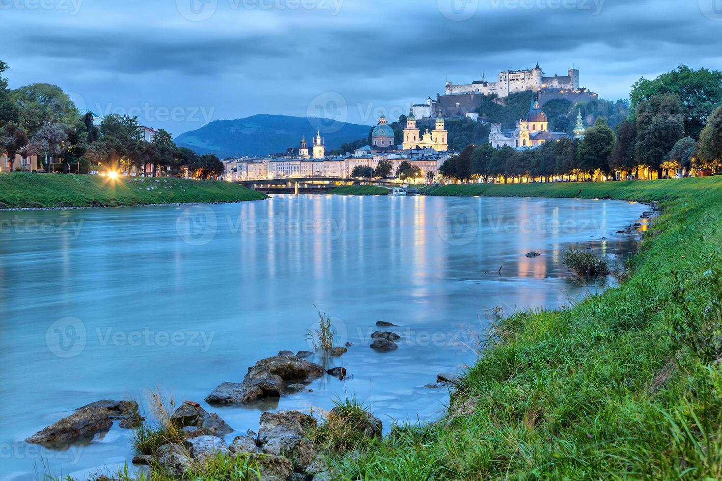rio Salzach à noite em Salzburg foto