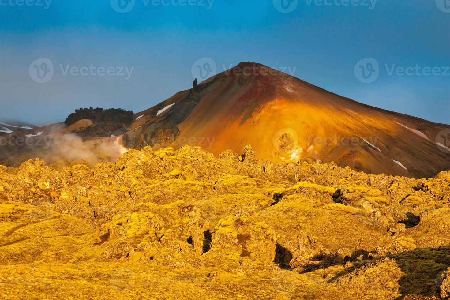 montanhas e lava endurecida iluminaram o sol quente da manhã foto