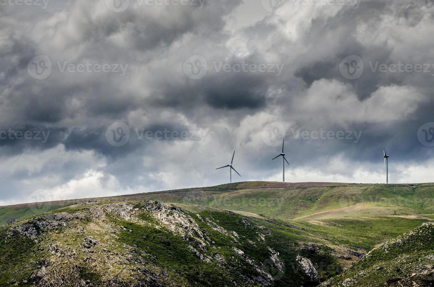 três turbinas eólicas no horizonte ao nascer do sol. foto