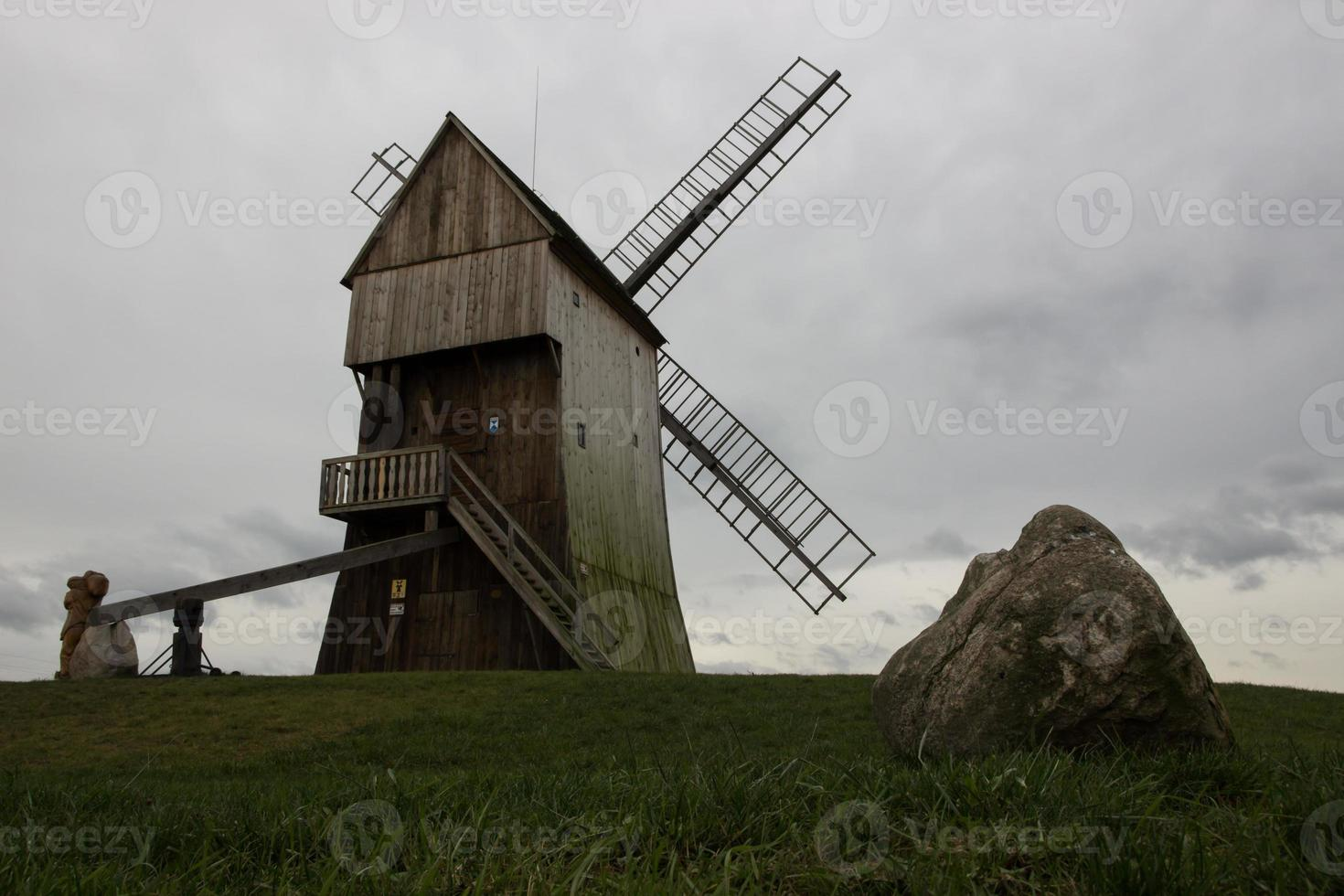 moinho de vento na colina foto