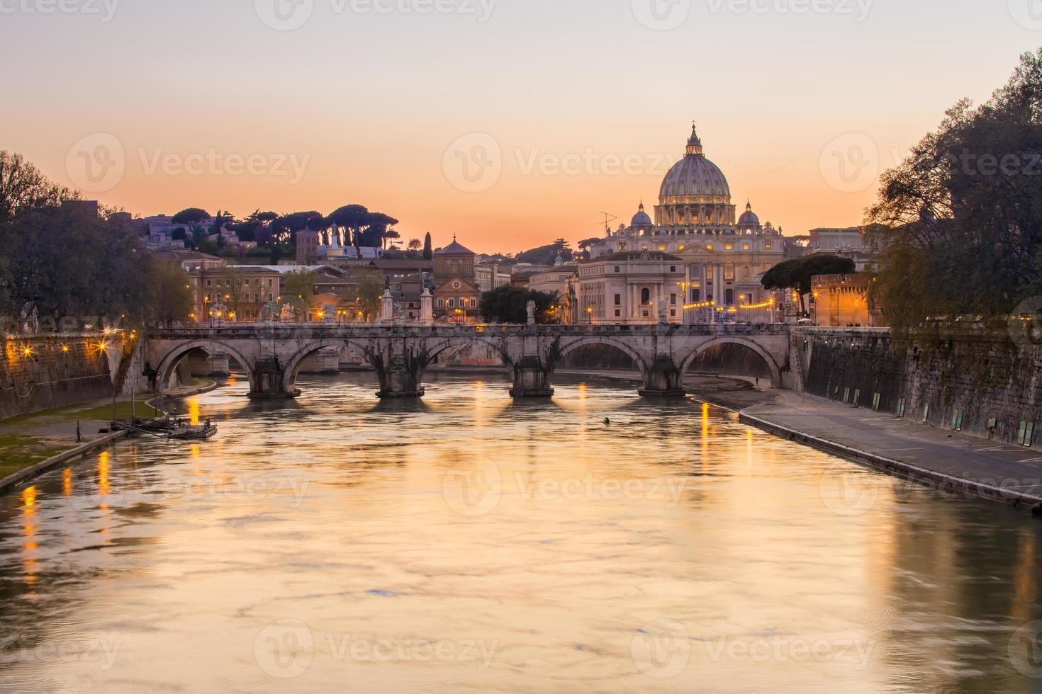 pôr do sol em st. catedral de peter em roma, itália foto