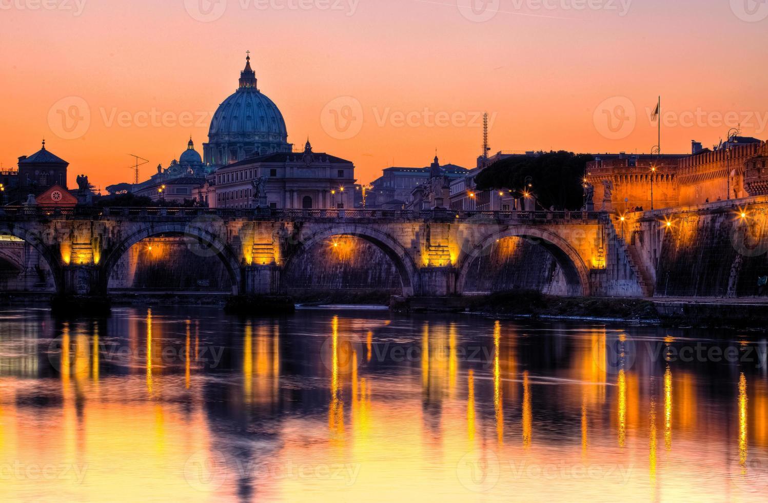 vista em tiber e st. catedral de peter à noite, roma foto