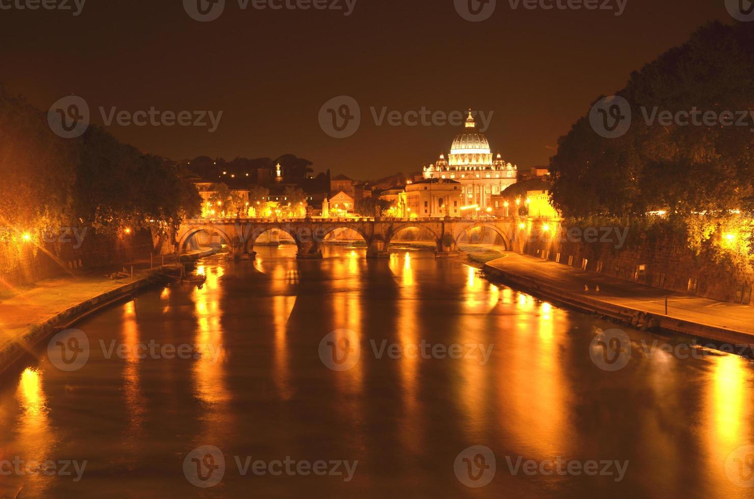 monumental st. basílica de peters over tiber à noite, roma, itália foto