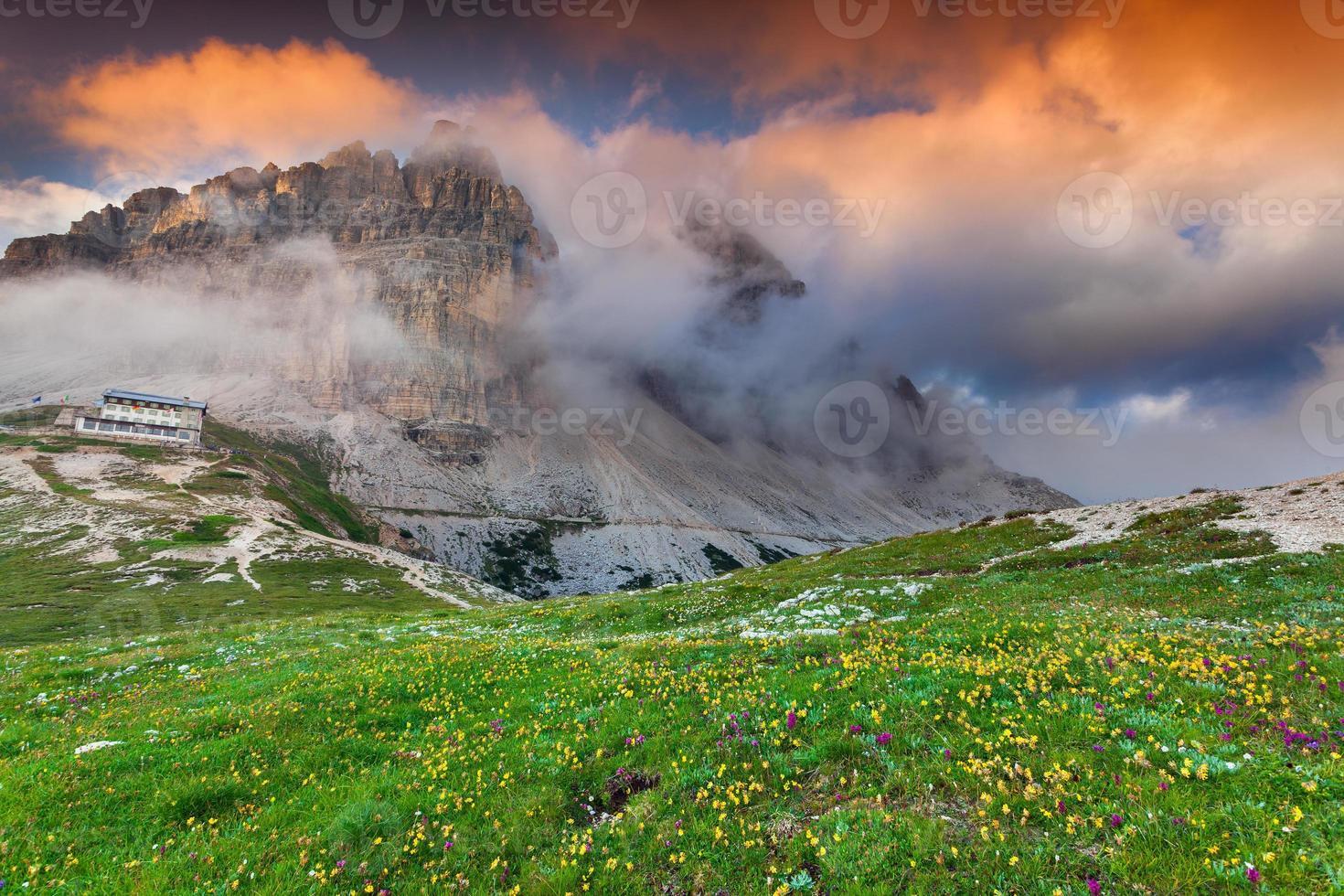 manhã colorida de verão nos Alpes da Itália foto