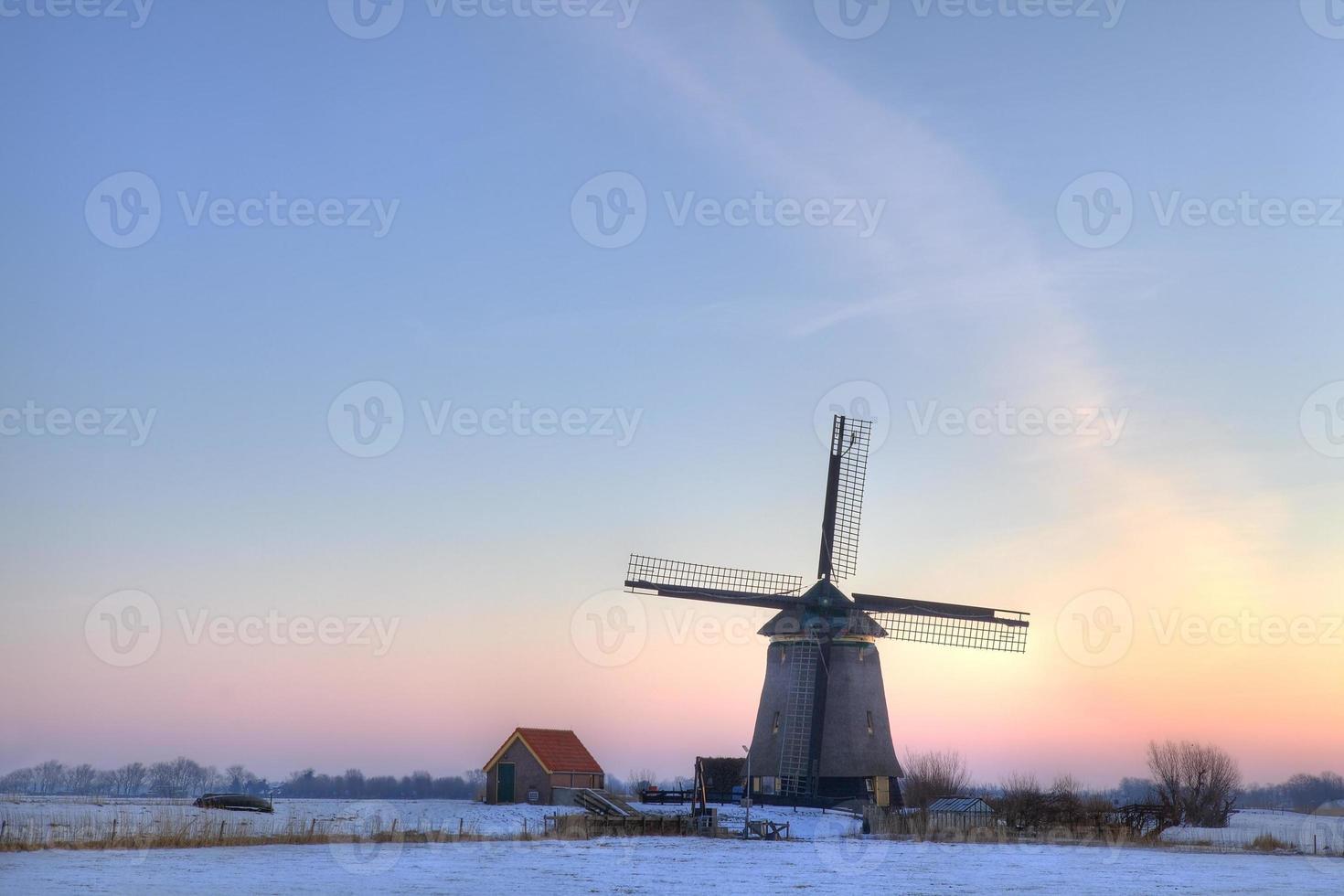 wnidmill em um pólder holandês antes do amanhecer. foto