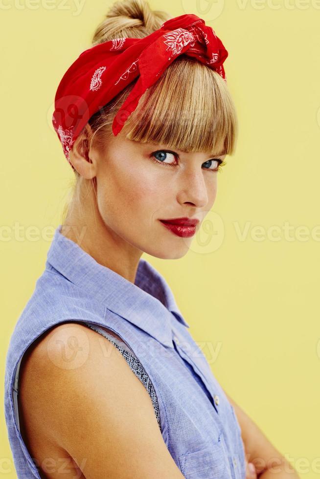 jovem bonita em retro foto