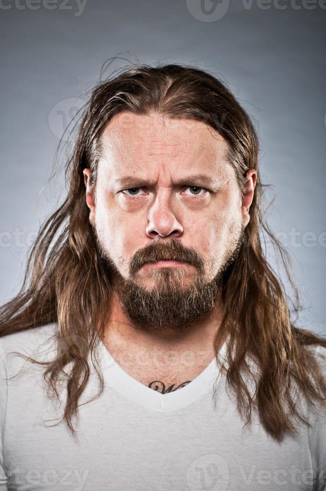 retrato de cara de metal irritado foto