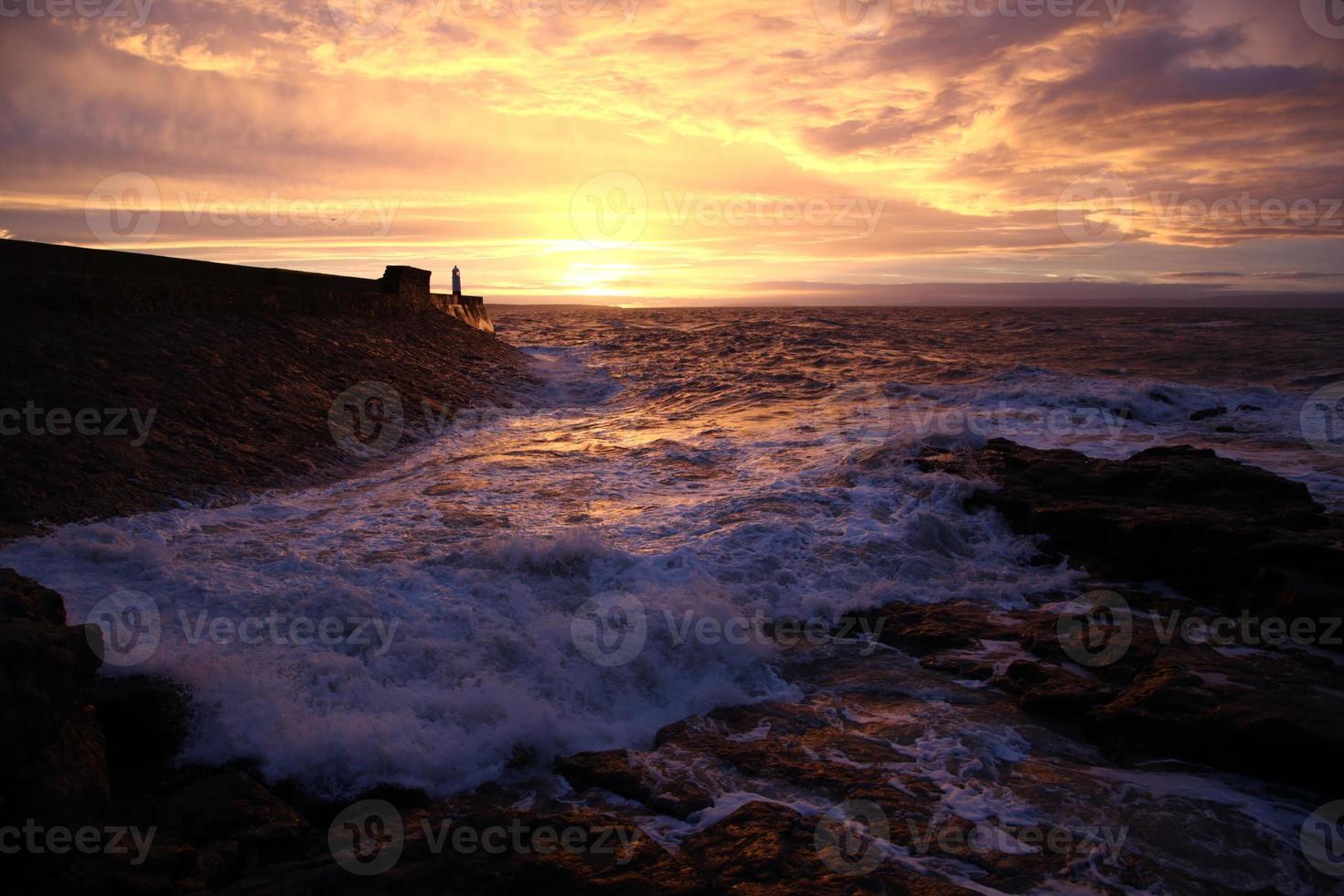 nascer do sol sobre o farol porthcawl, gales do sul, reino unido. foto