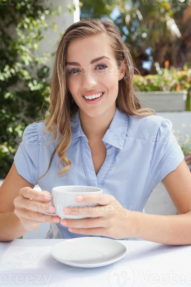 linda mulher tomando um café foto