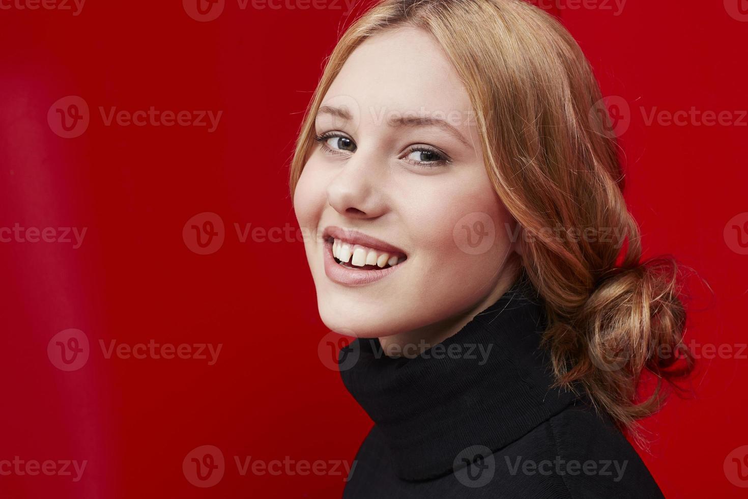 mulher bonita no vermelho foto