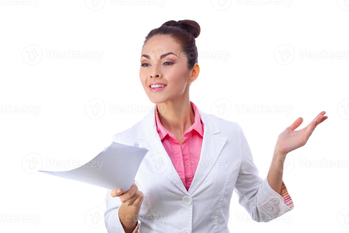 mulher amigável segurando papéis. tudo isolado no fundo branco foto