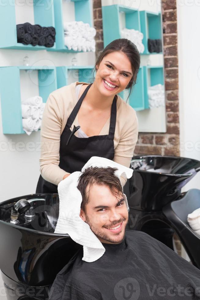 cabeleireiro secando cabelo de homem foto