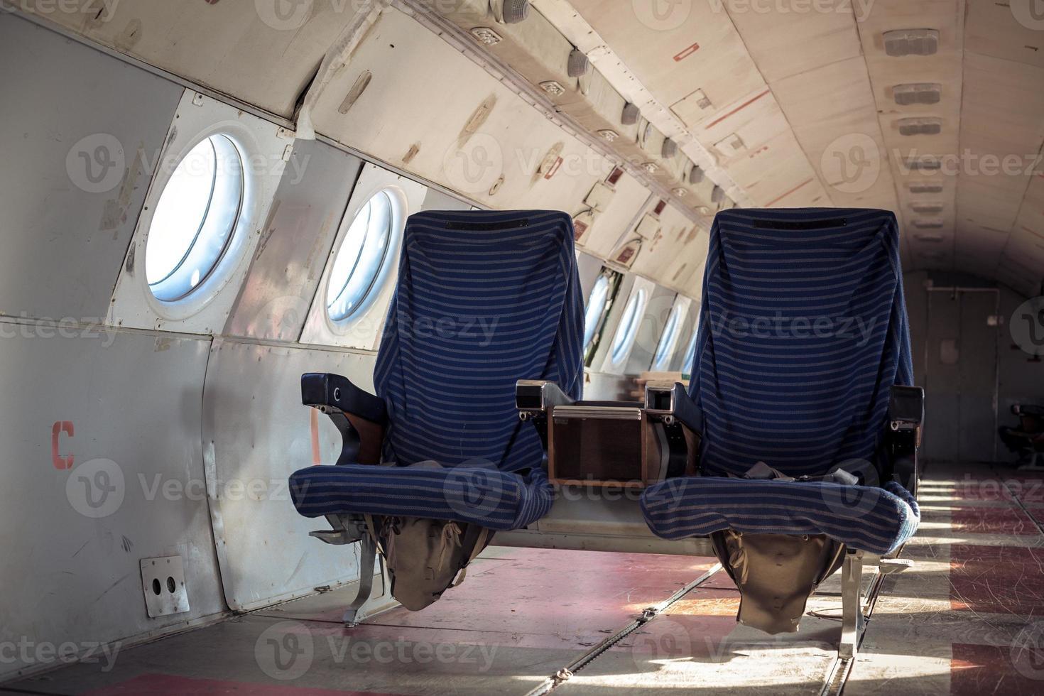interior do avião com assentos foto
