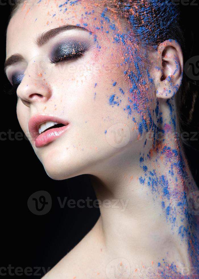 garota com tinta no rosto foto