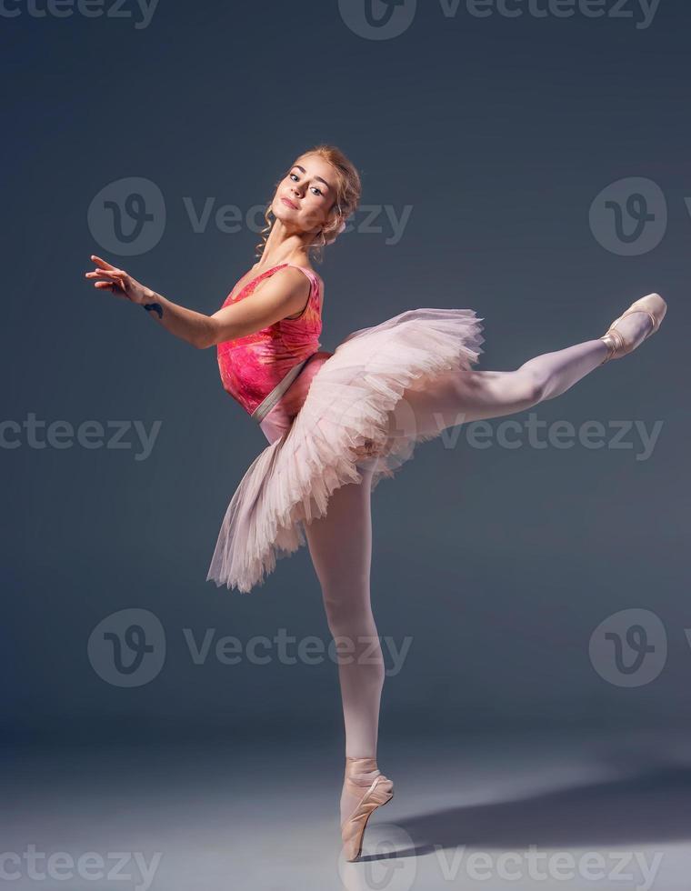 retrato da bailarina em pose de balé foto