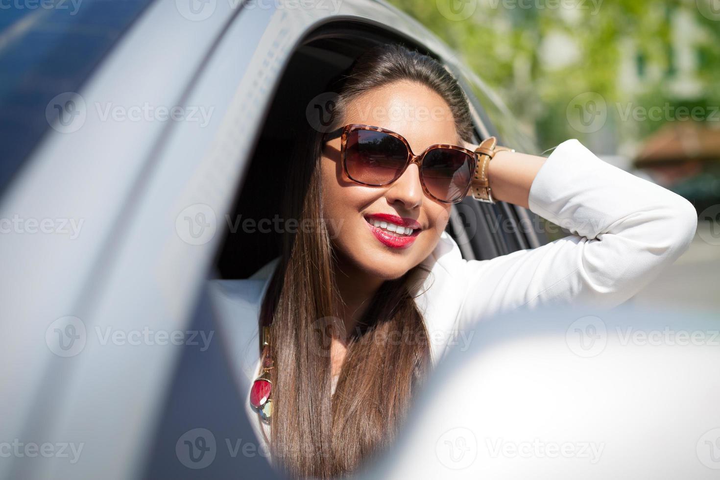 menina bonita em um carro foto