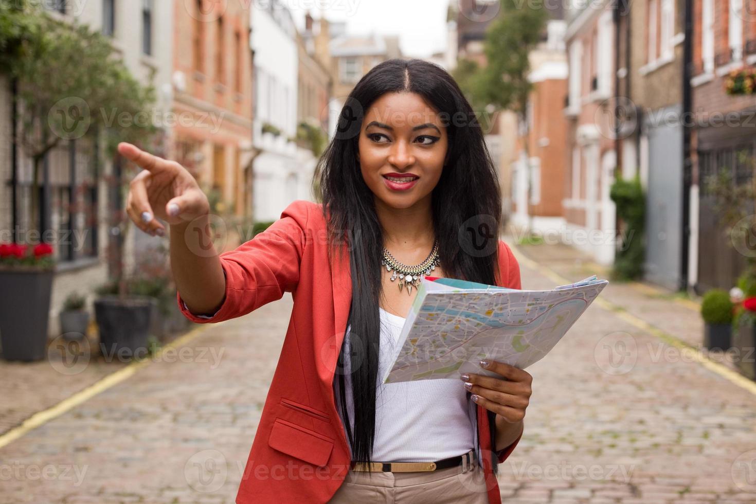 turista segurando um mapa foto