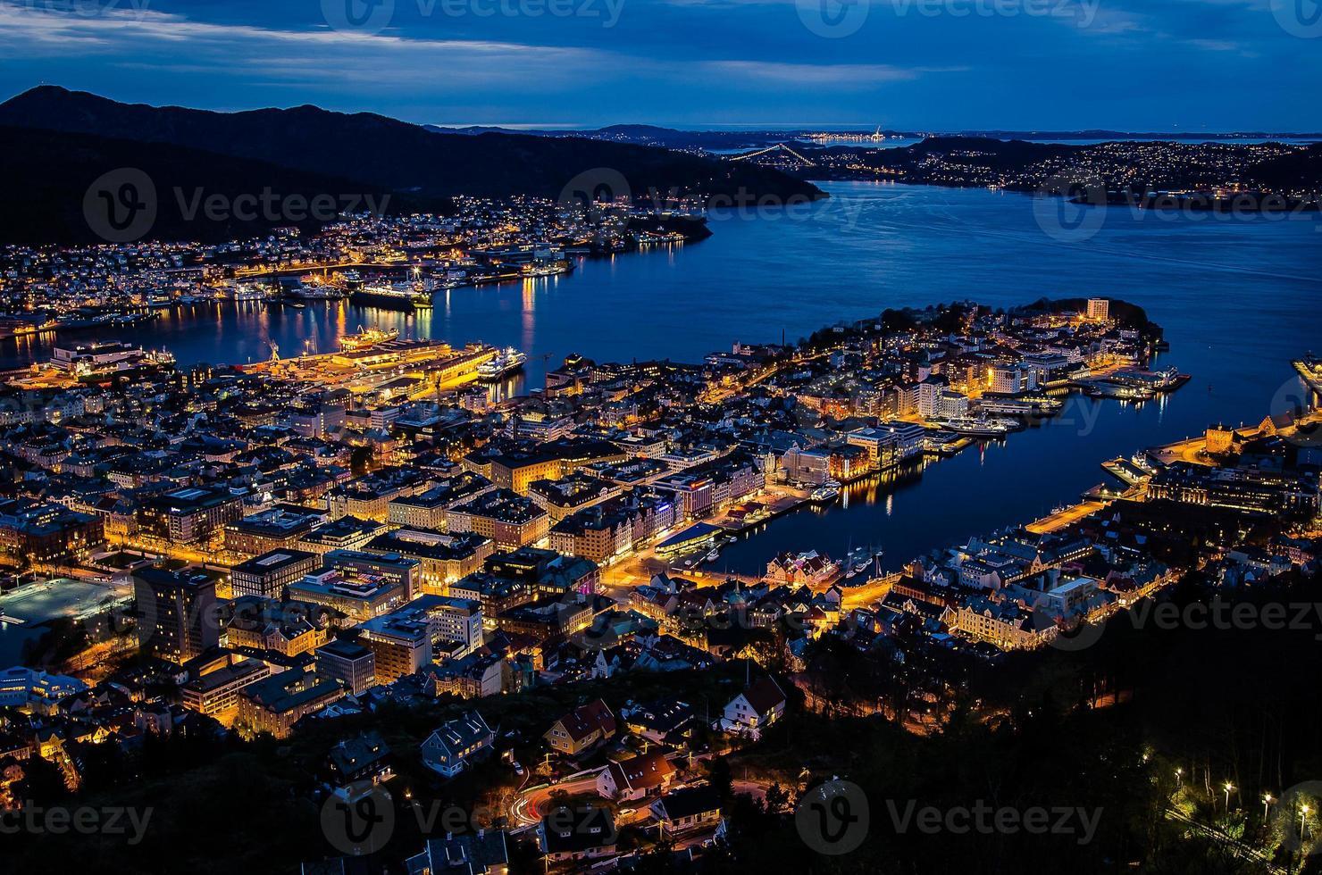 centro de Bergen e baía à noite foto