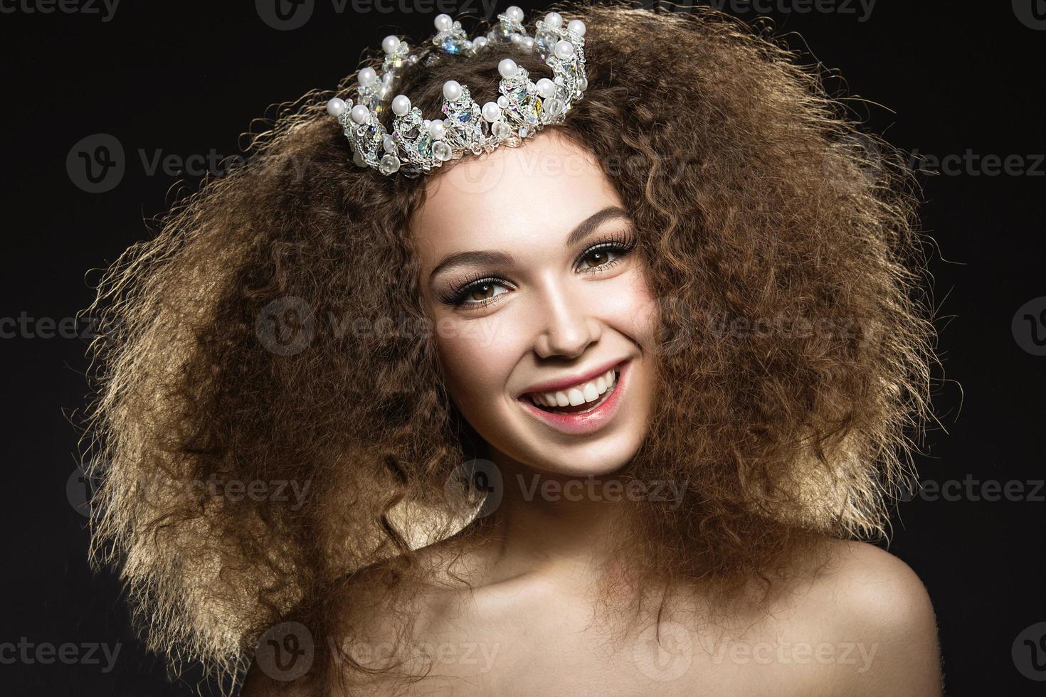 linda garota com uma coroa em forma de princesa. foto