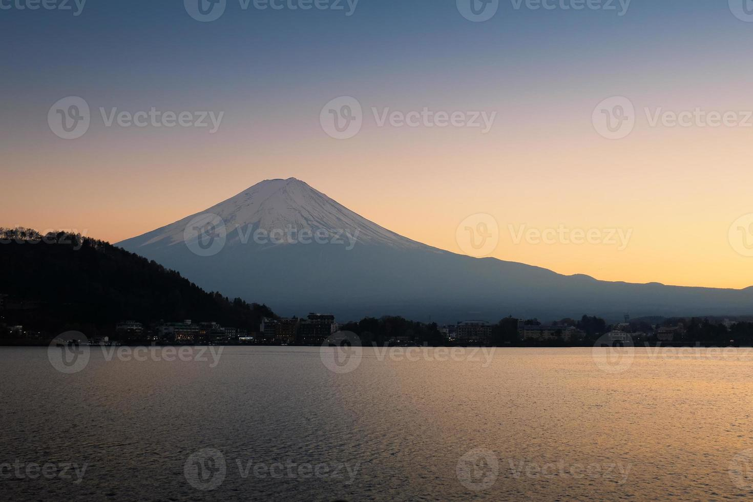 a montanha fuji e o lago ao pôr do sol foto