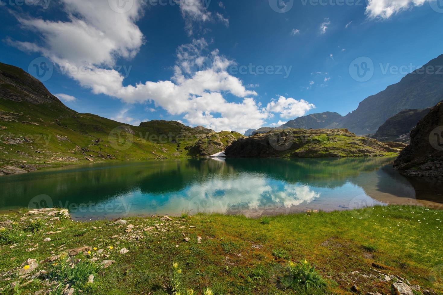 pequeno lago de alta montanha com transparente foto