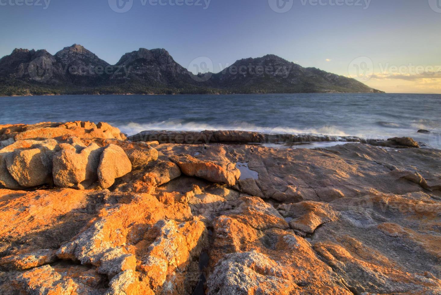pôr do sol na baía de coles, parque nacional freycinet, tasmânia, austrália foto