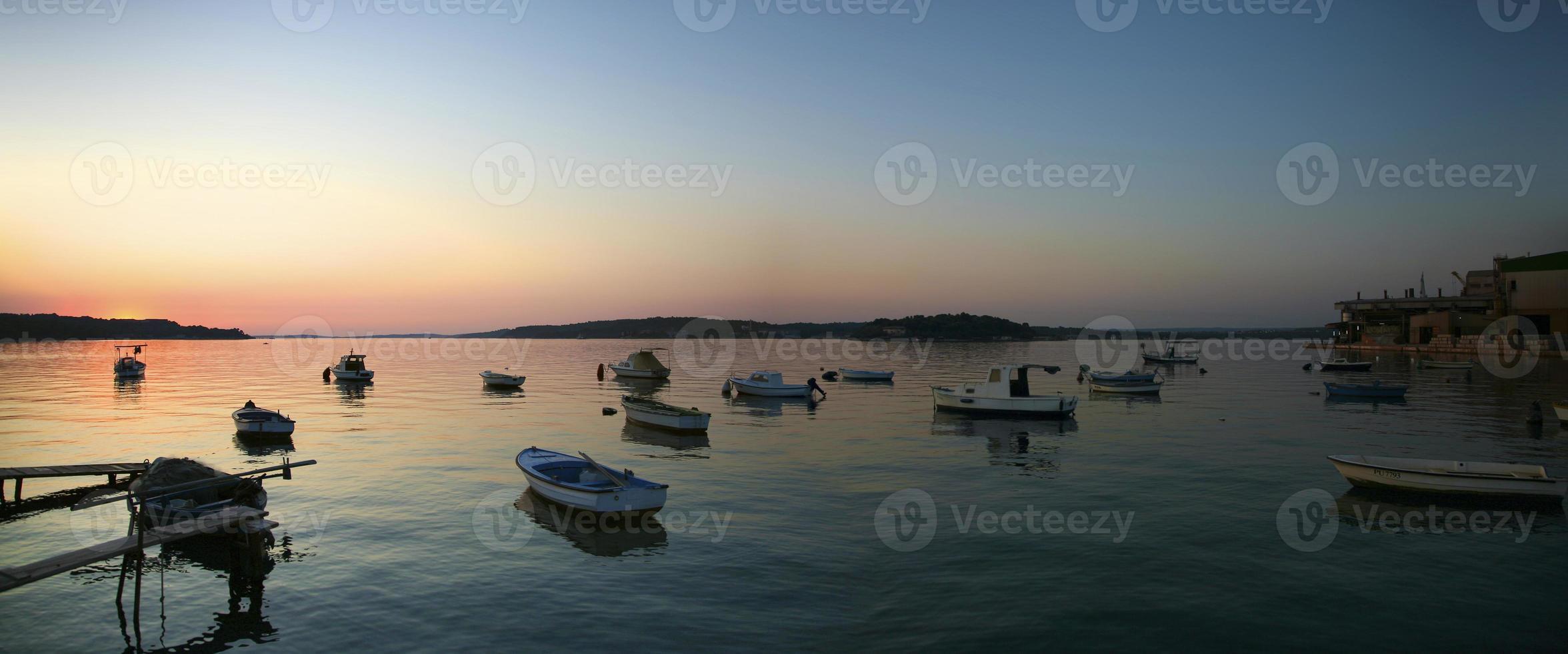 pôr do sol no Adriático e no porto de korcula, croácia foto