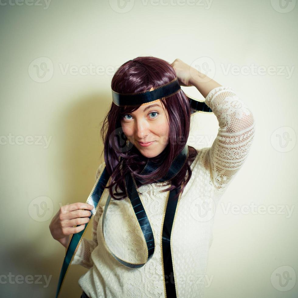 jovem no estilo hippie dos anos 70 sorrindo e posando foto