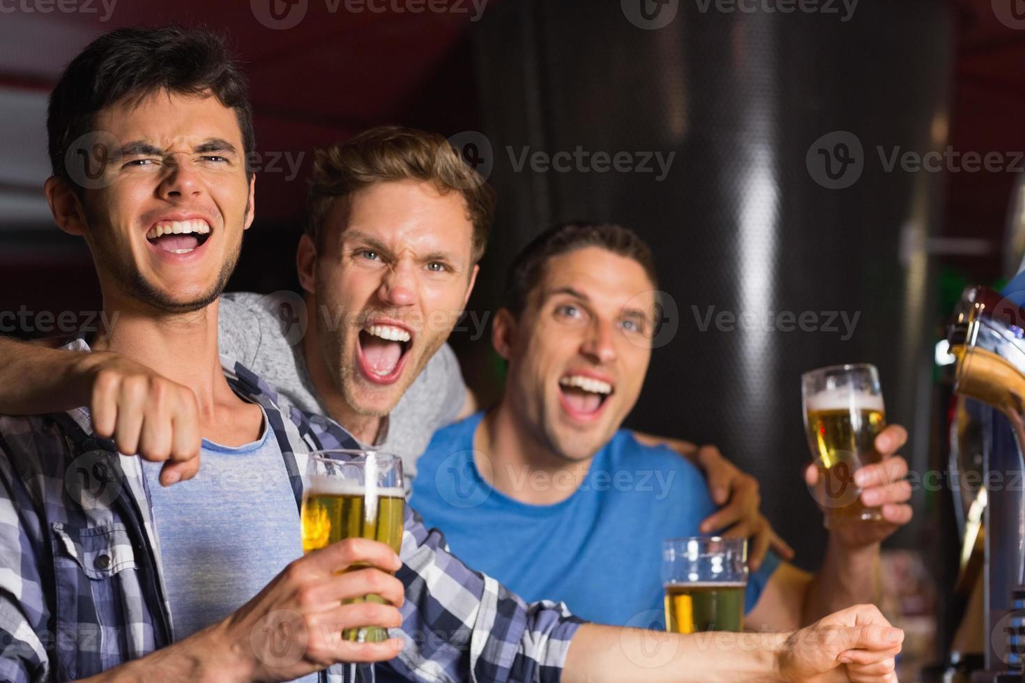 amigos felizes conversando sobre cerveja foto
