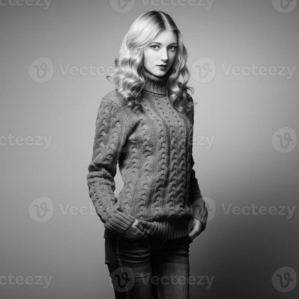 foto de moda de mulher bonita em suéter