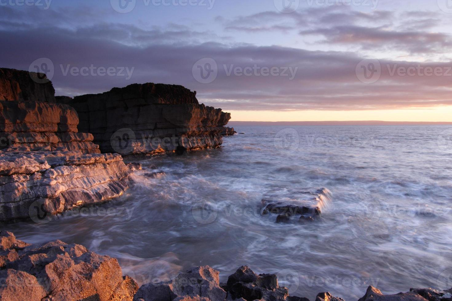 pôr do sol em porthcawl, gales do sul, reino unido. foto