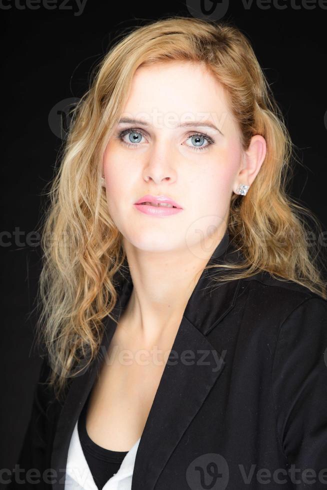 bela jovem com batom rosa e longos cabelos loiros. foto