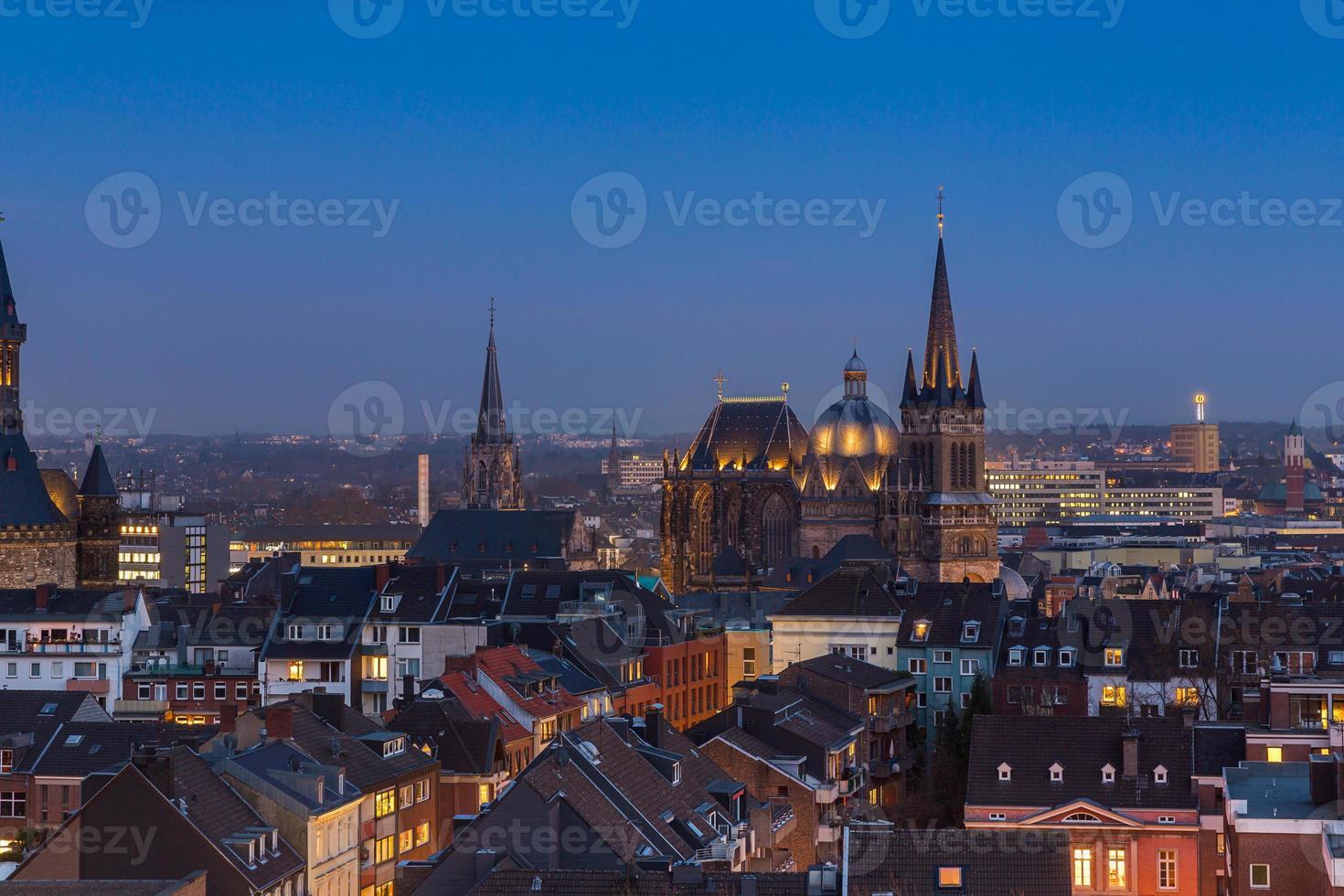 Catedral de Aachen (aachener dom) à noite foto