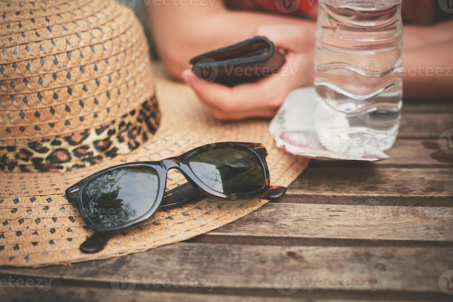 chapéu e óculos de sol na mesa foto