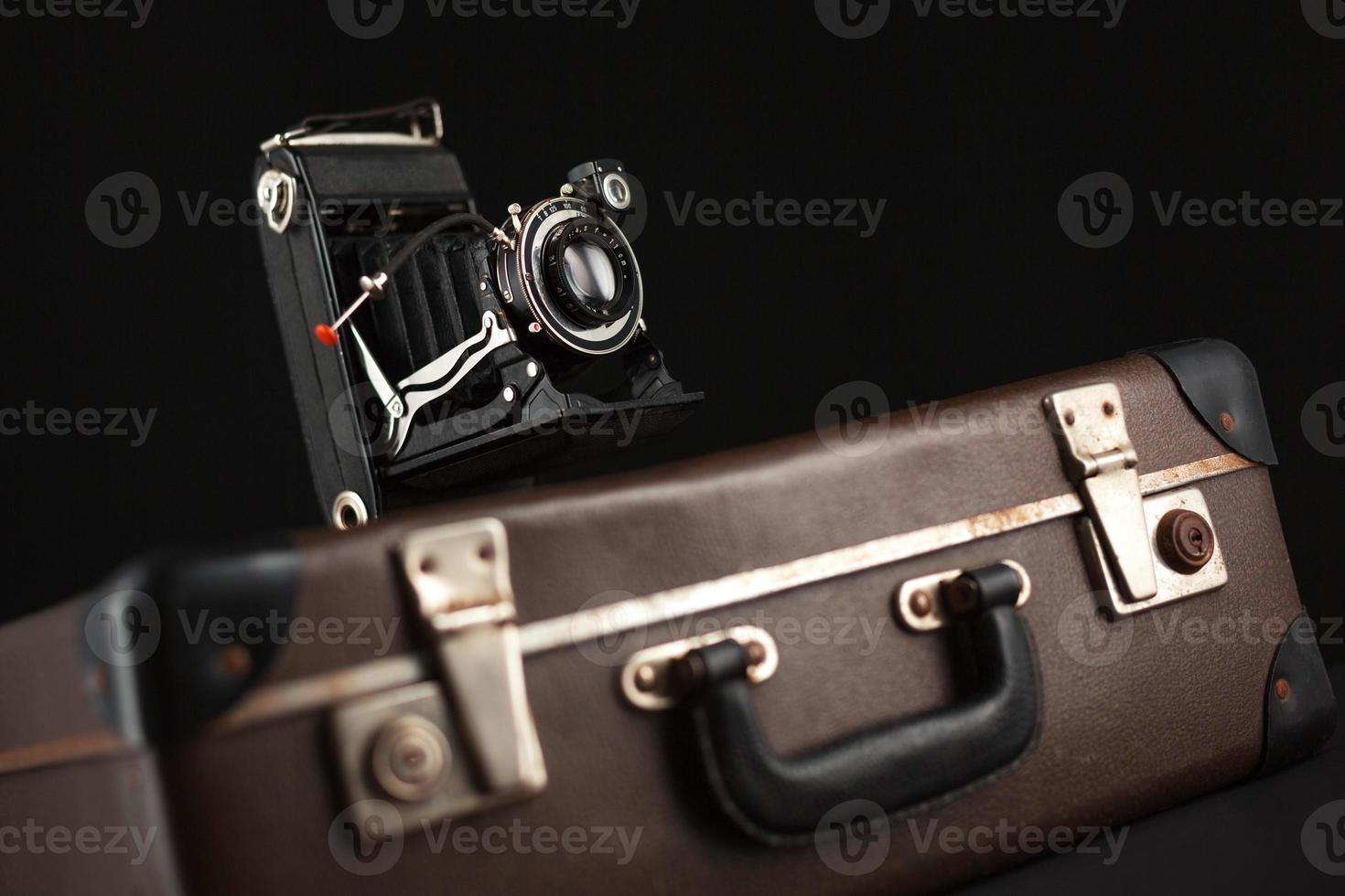 câmera vintage e mala velha foto