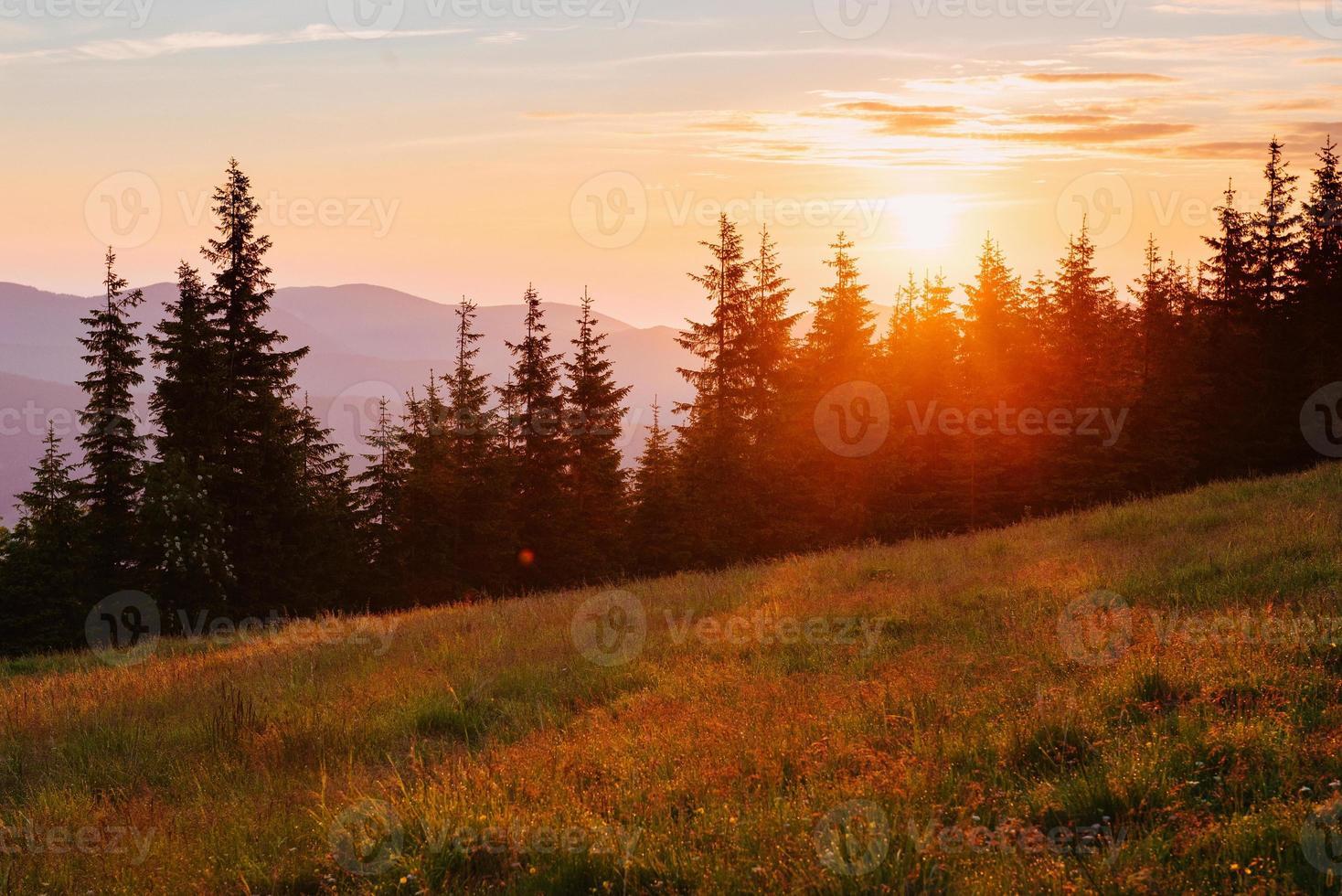 belo pôr do sol nas montanhas dos Cárpatos na Ucrânia. foto