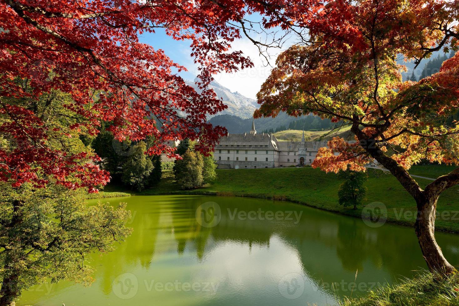 outono paisagem montanhosa nos Alpes franceses foto