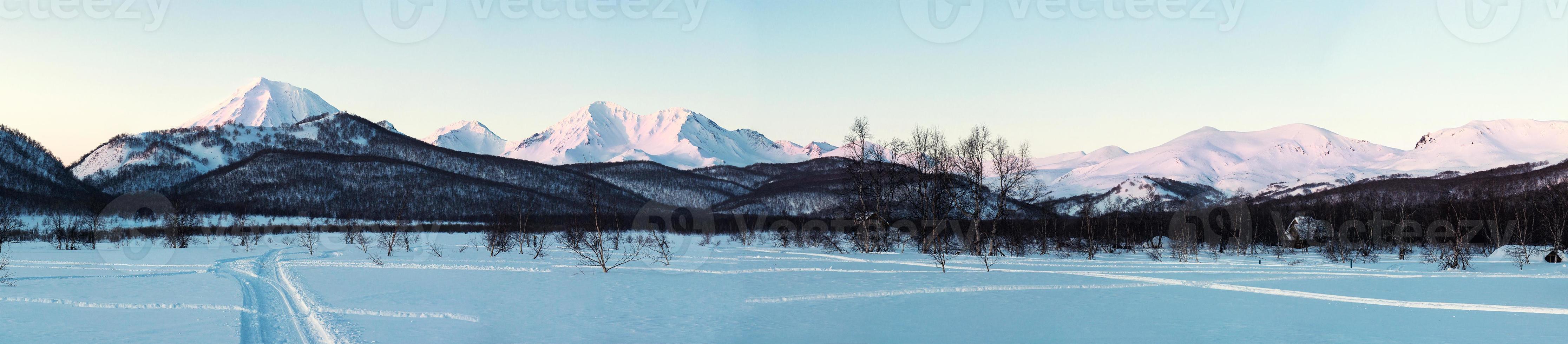 nascer do sol sobre o parque natural nalychevo e o vulcão koryaksky foto