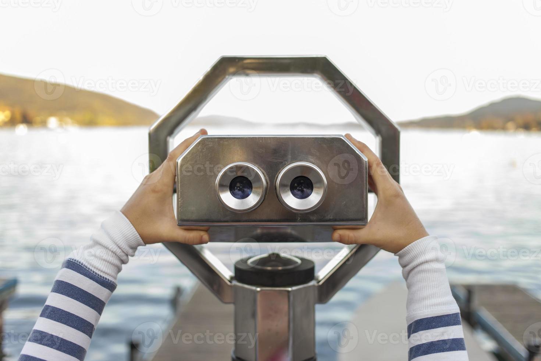 olhando através de binóculos operados por moedas foto