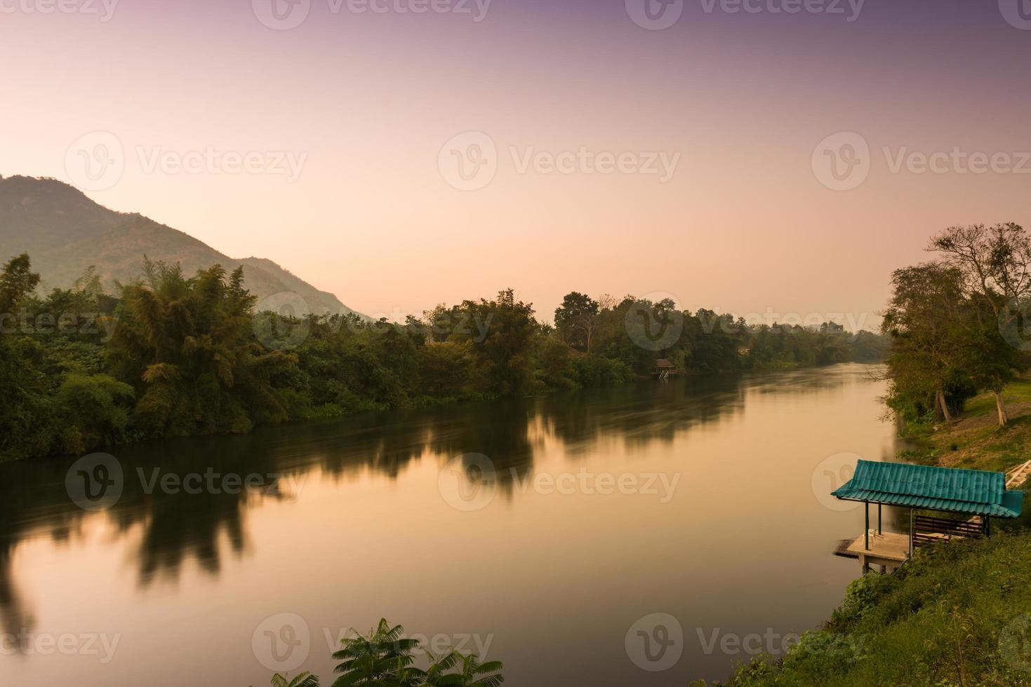 rio kwai na hora do pôr do sol, kanchanaburi, tailândia foto