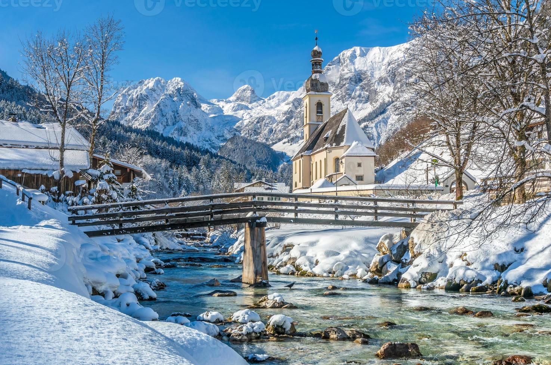 paisagem de inverno nos Alpes bávaros com igreja, ramsau, alemanha foto
